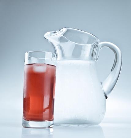 水差しと赤いレモネードのガラス