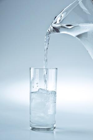 Wasserkrug Gießen Sie ein Glas frisches Wasser Standard-Bild - 10268573