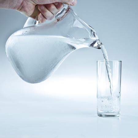 新鮮な水のガラスを注ぐ水投手