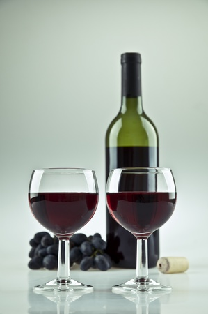 2 杯、赤ワインのボトル