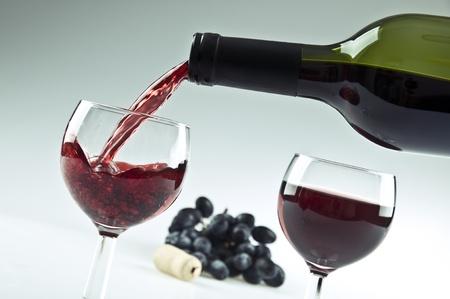 赤ワインのガラスを注ぐ