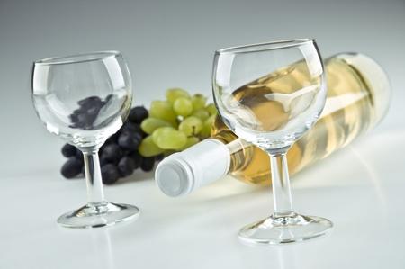 白ワインとグラス 2 個のボトル