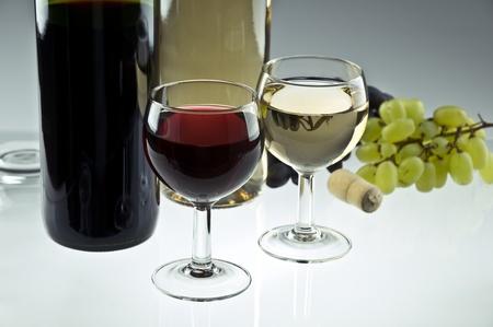 赤と白のワインのボトルとグラス 写真素材