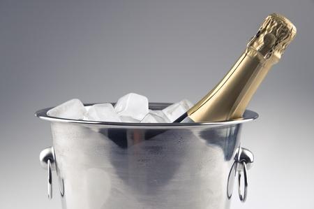 氷バケットにシャンパンのボトル