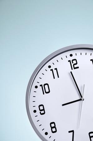営業時間前にちょうど大きな白い時計