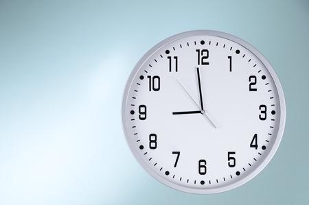 営業時間の直前に大きな白い時計 写真素材