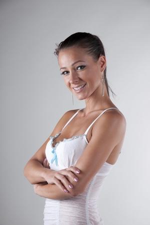 白いドレスを着たブルネットの立っています。 写真素材