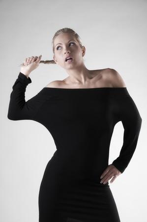 短い黒のドレスで美しいブロンド