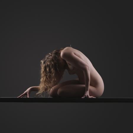 desnudo artistico: Elegante expresión femenina que presenta y la forma