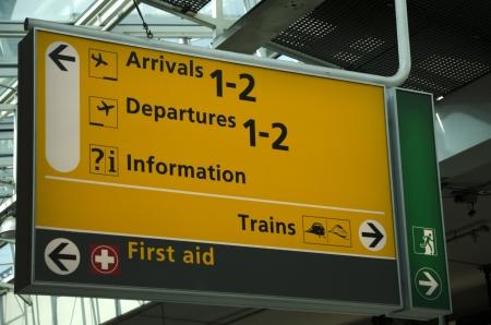 空港の到着と出発にも列車の最初の援助する方向に署名します。 写真素材
