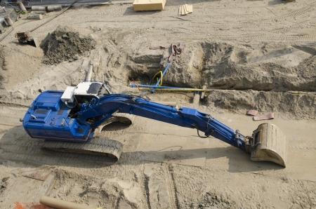 砂の中の建設現場でショベル ブルドーザー