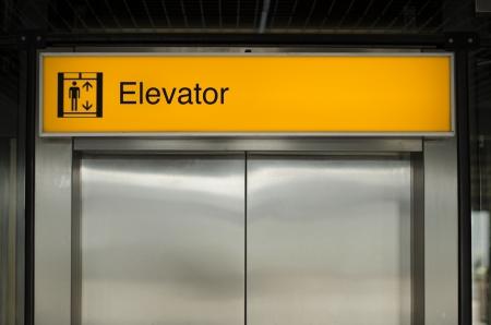 照らされたエレベーター記号 写真素材