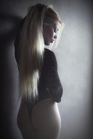 bella rubia posando en ropa interior
