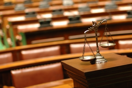 jurado: S�mbolo de la ley y la justicia en la sala del tribunal vac�a ley, y el concepto de justicia