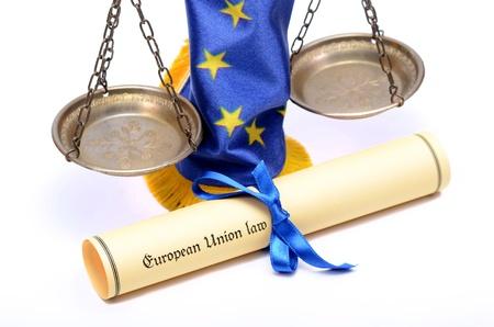 europeans: Diritto unione europea, bilancia della giustizia, bandiera europea, sullo sfondo bianco