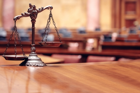 gerechtigkeit: Symbol von Recht und Gerechtigkeit in den leeren Gerichtssaal, Gesetz und Gerechtigkeit Konzept