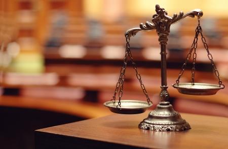 Symbool van recht en justitie in de lege rechtszaal, recht en rechtvaardigheid concept.
