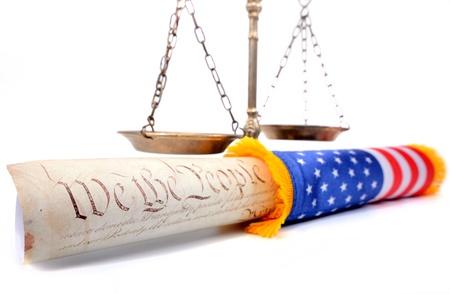 constitucion: Escalas de la justicia, la bandera de Estados Unidos y la Constituci?n de los EE.UU.