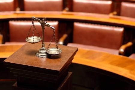 Symbool van recht en gerechtigheid in de lege rechtszaal, wet en recht begrip