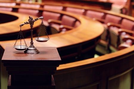 justiz: Symbol von Recht und Gerechtigkeit in den leeren Gerichtssaal, Gesetz und Gerechtigkeit Konzept