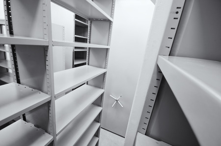 unidades de almacenamiento de archivos, archivo vacías rodando sistema de almacenamiento Foto de archivo