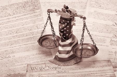 gerechtigkeit: Waage der Gerechtigkeit, amerikanische Flagge und US-Verfassung Lizenzfreie Bilder