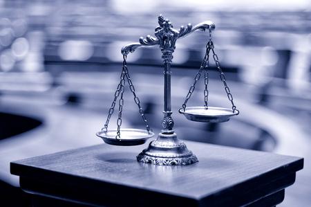 Symbool van wet en rechtvaardigheid in het lege rechtszaal, wet en recht concept. Stockfoto - 63539655