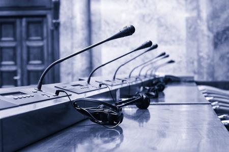 Pusta sala konferencyjna na początku spotkania konferencyjnego, niebieski stonowanych.