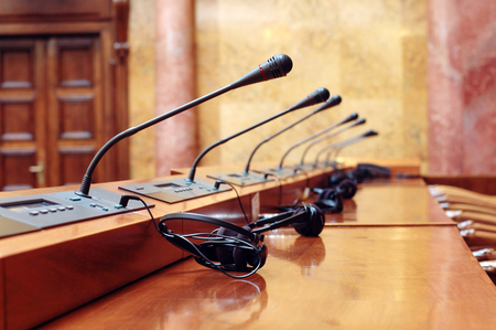 Sala de conferencias vacía al inicio de la reunión de la conferencia, en tonos azules.