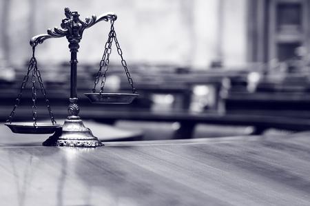 Symbool van wet en rechtvaardigheid in het lege rechtszaal, wet en recht concept.