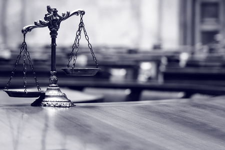 Symbol of law and justice in the empty courtroom, law and justice concept. Stockfoto