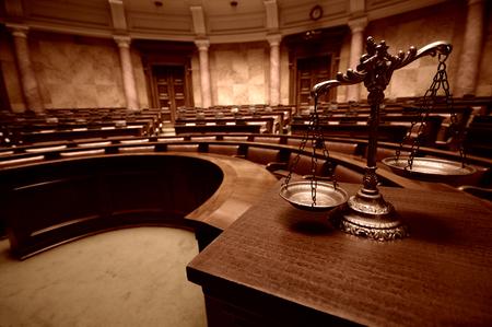Symbol prawa i sprawiedliwoś ci w pustej sali sądowej, prawa i pojęcia sprawiedliwoś ci.
