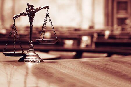 Simbolo di legge e giustizia nel concetto di aula di tribunale, legge e giustizia vuota.