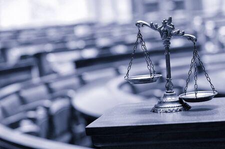 Symbol für Recht und Gerechtigkeit im leeren Gerichtssaal, Recht und Gerechtigkeit Konzept.