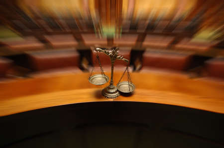 Symbol of law and justice in the empty courtroom, law and justice concept. Standard-Bild