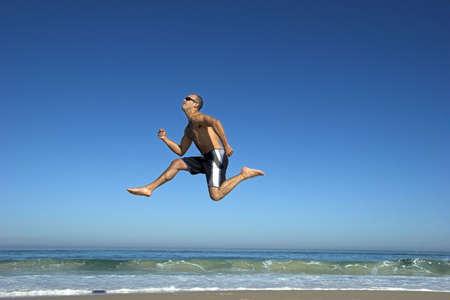 ni�o saltando: Boy saltando en la playa