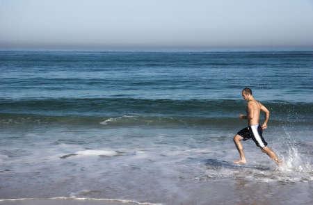 haciendo ejercicio: Hombre haciendo ejercicio en la playa