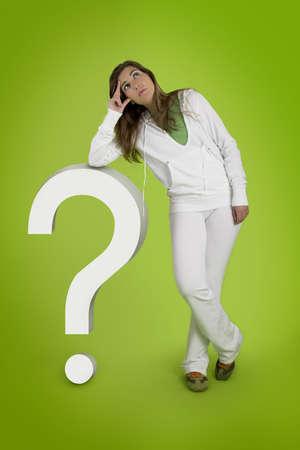 point d interrogation: Femme contemplant questions avec un point d'interrogatoire en 3D sur un fond vert