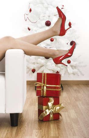 piernas mujer: Piernas de la mujer sexy con zapatos rojos en un ambiente de Navidad