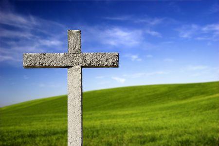 """KamieÅ"""" religijnych Krzyż na piÄ™knym wzgórzu zielony Zdjęcie Seryjne"""
