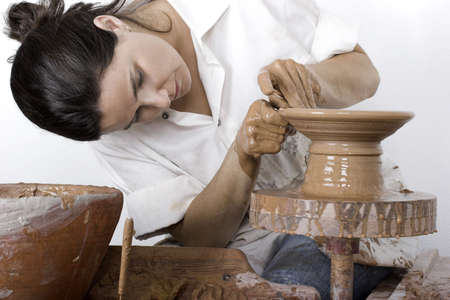 artisanale: Afbeelding van een pottenbakker werkt een draai schijf  Stockfoto