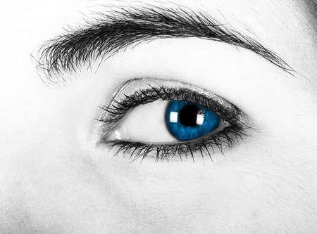 Close-up de uma bela mulher com olhos azuis photo