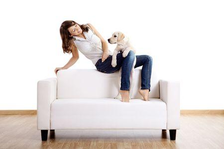 Jeune femme belle à la maison avec son chien cute Banque d'images