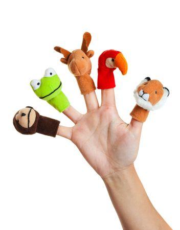 Main femme portant des 5 marionnettes de doigt ; singe, de grenouilles, de Rennes, de perroquet ; Lion