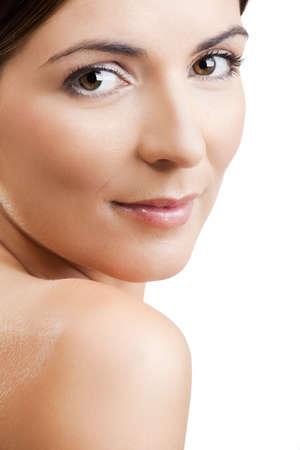 rides: Close-up portrait d'une femme belle et fra?che isol? sur blanc