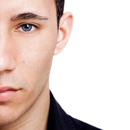 primer plano cara: Retrato de moda de un hombre joven con ojos azules aislados sobre fondo blanco Foto de archivo