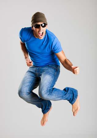 boy jumping: Joven saltando aislados sobre un fondo gris