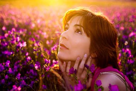 donna pensiero: Bella giovane donna ritratto su un prato fiorito