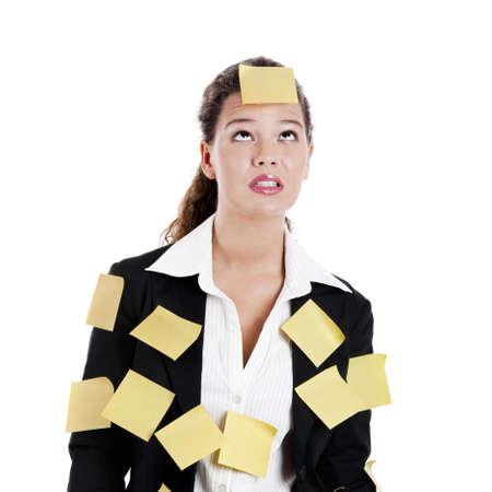 recordar: Empresaria con amarillo pos-its, aislado en blanco