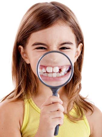 Mooi meisje met teethes door een vergroot glas